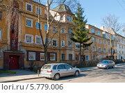 Купить «Машины припаркованные у дома. Калининград», эксклюзивное фото № 5779006, снято 5 апреля 2014 г. (c) Svet / Фотобанк Лори