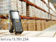Купить «Сканер штрихкодов на складе», фото № 5781234, снято 20 марта 2014 г. (c) Дмитрий Калиновский / Фотобанк Лори