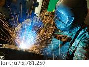Купить «Сварщик в маске работает», фото № 5781250, снято 31 марта 2014 г. (c) Дмитрий Калиновский / Фотобанк Лори