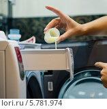 Купить «Женские руки наливают моющее средство в домашнюю стиральную машину», фото № 5781974, снято 18 сентября 2013 г. (c) Валерия Потапова / Фотобанк Лори