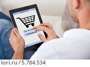 Купить «мужчина делает покупку в интернет-магазине через цифровой планшет», фото № 5784534, снято 25 января 2014 г. (c) Андрей Попов / Фотобанк Лори