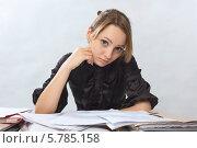 Купить «Девушка сидит  за столом с документами», фото № 5785158, снято 27 марта 2014 г. (c) Юрий Викулин / Фотобанк Лори
