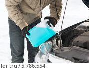 Купить «Водитель зимой заливает незамерзающую жидкость в бачок омывателя автомобиля», фото № 5786554, снято 16 января 2014 г. (c) Syda Productions / Фотобанк Лори