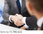 Купить «Рукопожатие двух бизнесменов в офисе», фото № 5786622, снято 9 ноября 2013 г. (c) Syda Productions / Фотобанк Лори