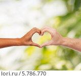 Купить «Сердце, сложенное с помощью пальцев рук мужчины и женщины», фото № 5786770, снято 12 декабря 2013 г. (c) Syda Productions / Фотобанк Лори