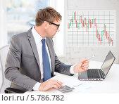 Купить «Бизнесмен внимательно смотрит на экран компьютера, сидя за столом в офисе», фото № 5786782, снято 3 октября 2013 г. (c) Syda Productions / Фотобанк Лори