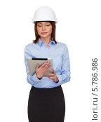 Купить «Привлекательная серьезная бизнесвумен в белой каске с клипбордом на белом фоне», фото № 5786986, снято 20 декабря 2013 г. (c) Syda Productions / Фотобанк Лори