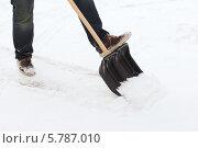 Купить «Мужчина с лопатой расчищает дорогу от снега», фото № 5787010, снято 16 января 2014 г. (c) Syda Productions / Фотобанк Лори