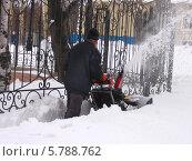 Уборка снега на улице города Южно-Сахалинска после метели. Апрель. Стоковое фото, фотограф Елена Киселева / Фотобанк Лори