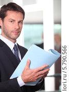 Купить «бизнесмен читает доклад», фото № 5790566, снято 19 мая 2010 г. (c) Phovoir Images / Фотобанк Лори