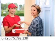 женщина отдает деньги разносчику пиццы. Стоковое фото, фотограф Phovoir Images / Фотобанк Лори