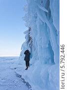 Байкал зимой. Фотогрф снимает причудливые наледи на скалах мыса Саган-Хушун. Стоковое фото, фотограф Виктория Катьянова / Фотобанк Лори