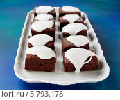 Купить «шоколадные пирожные с белой глазурью», фото № 5793178, снято 16 августа 2018 г. (c) Food And Drink Photos / Фотобанк Лори