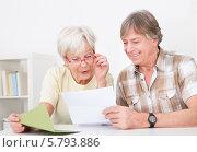 Купить «улыбающиеся пожилые мужчина и женщина читают письмо», фото № 5793886, снято 23 ноября 2013 г. (c) Андрей Попов / Фотобанк Лори