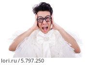 Купить «Забавный мужчина в белом женском платье и очках громко кричит», фото № 5797250, снято 9 апреля 2013 г. (c) Elnur / Фотобанк Лори