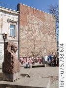 Купить «Бюст Ленина и стена со словами интернационала в городе Иркутск», фото № 5798674, снято 30 марта 2014 г. (c) Ален Лагута / Фотобанк Лори
