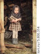 Купить «Девочка в платке с дровами», фото № 5800314, снято 14 марта 2014 г. (c) Инна Шепетя / Фотобанк Лори