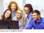 Купить «Работа успешной бизнес-команды. Молодые люди сидят перед экраном монитора в офисе», фото № 5801014, снято 1 февраля 2014 г. (c) Syda Productions / Фотобанк Лори