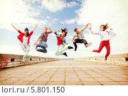 Купить «Одновременный прыжок группы тинейджеров», фото № 5801150, снято 20 июля 2013 г. (c) Syda Productions / Фотобанк Лори
