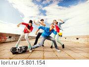 Купить «Молодежные танцы. Группа тинейджеров танцует на улице», фото № 5801154, снято 20 июля 2013 г. (c) Syda Productions / Фотобанк Лори