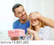 Купить «Мужчина закрыл рукой глаза девушки и дарит ей подарой», фото № 5801282, снято 9 февраля 2014 г. (c) Syda Productions / Фотобанк Лори