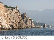Вид с моря на скалу Парус и Ласточкино гнездо (2010 год). Редакционное фото, фотограф Дмитрий Булатов / Фотобанк Лори