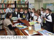 Купить «Дети в школьной библиотеке», эксклюзивное фото № 5810366, снято 20 января 2014 г. (c) Вячеслав Палес / Фотобанк Лори