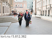 Купить «Ветеран в Копьёвском переулке в день Победы 9 Мая. Москва», эксклюзивное фото № 5812382, снято 9 мая 2013 г. (c) Алёшина Оксана / Фотобанк Лори
