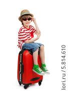 Купить «Мальчик в солнцезащитных очках сидит на чемодане на белом фоне», фото № 5814610, снято 13 апреля 2014 г. (c) Юлия Кузнецова / Фотобанк Лори