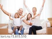 Купить «Мама, папа и две маленькие дочки радостно подняли руки вверх», фото № 5815510, снято 1 марта 2014 г. (c) Syda Productions / Фотобанк Лори