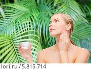 Купить «Девушка с чистой кожей наносит крем на лицо», фото № 5815714, снято 5 декабря 2013 г. (c) Syda Productions / Фотобанк Лори