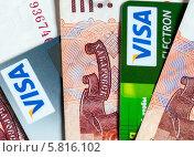 Купить «Кредитные пластиковые карты среди российских денег», эксклюзивное фото № 5816102, снято 14 апреля 2014 г. (c) Игорь Низов / Фотобанк Лори