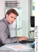 Купить «бизнесмен работает на ноутбуке», фото № 5819798, снято 20 мая 2010 г. (c) Phovoir Images / Фотобанк Лори