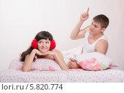 Муж поучает жену, лежа в кровати. Стоковое фото, фотограф Иванов Алексей / Фотобанк Лори