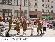 Купить «Пляска в Камергерском переулке в Москве в день Победы 9 мая», эксклюзивное фото № 5821242, снято 9 мая 2013 г. (c) Алёшина Оксана / Фотобанк Лори