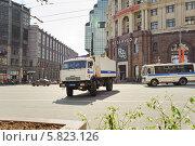 Купить «Полицейский КАМАЗ разворачивается на Тверской улице», эксклюзивное фото № 5823126, снято 9 мая 2013 г. (c) Алёшина Оксана / Фотобанк Лори