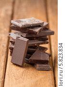 Купить «Кусочки темного шоколада на старом деревянном столе», фото № 5823834, снято 16 апреля 2014 г. (c) Лидия Рыженко / Фотобанк Лори