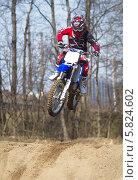 Купить «Кросс. Юный мотоциклист. Прыжок с трамплина», фото № 5824602, снято 19 апреля 2014 г. (c) Алексей Крылов / Фотобанк Лори