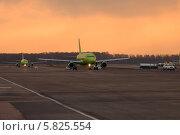 Самолеты на рулежной дорожке (2010 год). Редакционное фото, фотограф Евгений Егоров / Фотобанк Лори