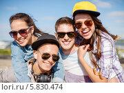 Группа счастливых тинейджеров в солнцезащитных очках радуется летним каникулам. Стоковое фото, фотограф Syda Productions / Фотобанк Лори