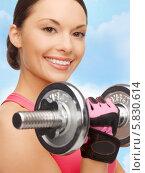 Купить «Спортсменка с очаровательной улыбкой выполняет упражнения с гантелями», фото № 5830614, снято 12 января 2013 г. (c) Syda Productions / Фотобанк Лори