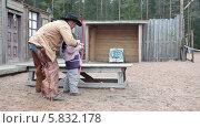 Купить «Ковбой на ранчо учит стрелять из лука маленького мальчика», видеоролик № 5832178, снято 21 апреля 2014 г. (c) Кекяляйнен Андрей / Фотобанк Лори