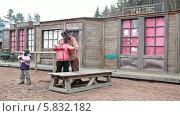 Купить «Ковбой на ранчо учит стрелять из лука маленькую девочку», видеоролик № 5832182, снято 21 апреля 2014 г. (c) Кекяляйнен Андрей / Фотобанк Лори