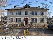 Купить «Старый жилой дом в Солнечногорске», эксклюзивное фото № 5832774, снято 12 апреля 2014 г. (c) lana1501 / Фотобанк Лори