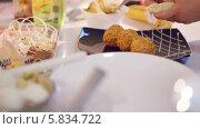 Купить «Сервировка блюд в ресторане», видеоролик № 5834722, снято 3 апреля 2014 г. (c) Данил Руденко / Фотобанк Лори