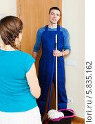 Купить «Женщина встречает уборщика в униформе», фото № 5835162, снято 25 июня 2019 г. (c) Яков Филимонов / Фотобанк Лори