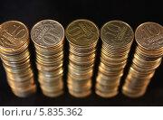 Монеты сложенные стопками на черном фоне. Стоковое фото, фотограф Алексей Семенушкин / Фотобанк Лори