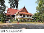 Храм Wat Tham Khao Pun, Канчанабури, Королевство Таиланд (2013 год). Редакционное фото, фотограф Григорий Писоцкий / Фотобанк Лори