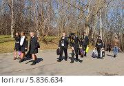 Купить «Курсанты на улице, Москва», эксклюзивное фото № 5836634, снято 17 апреля 2014 г. (c) Валерия Попова / Фотобанк Лори