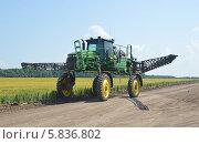 Купить «Самоходный сельскохозяйственный опрыскиватель John Deere 4730», фото № 5836802, снято 28 июня 2013 г. (c) Александр Замараев / Фотобанк Лори